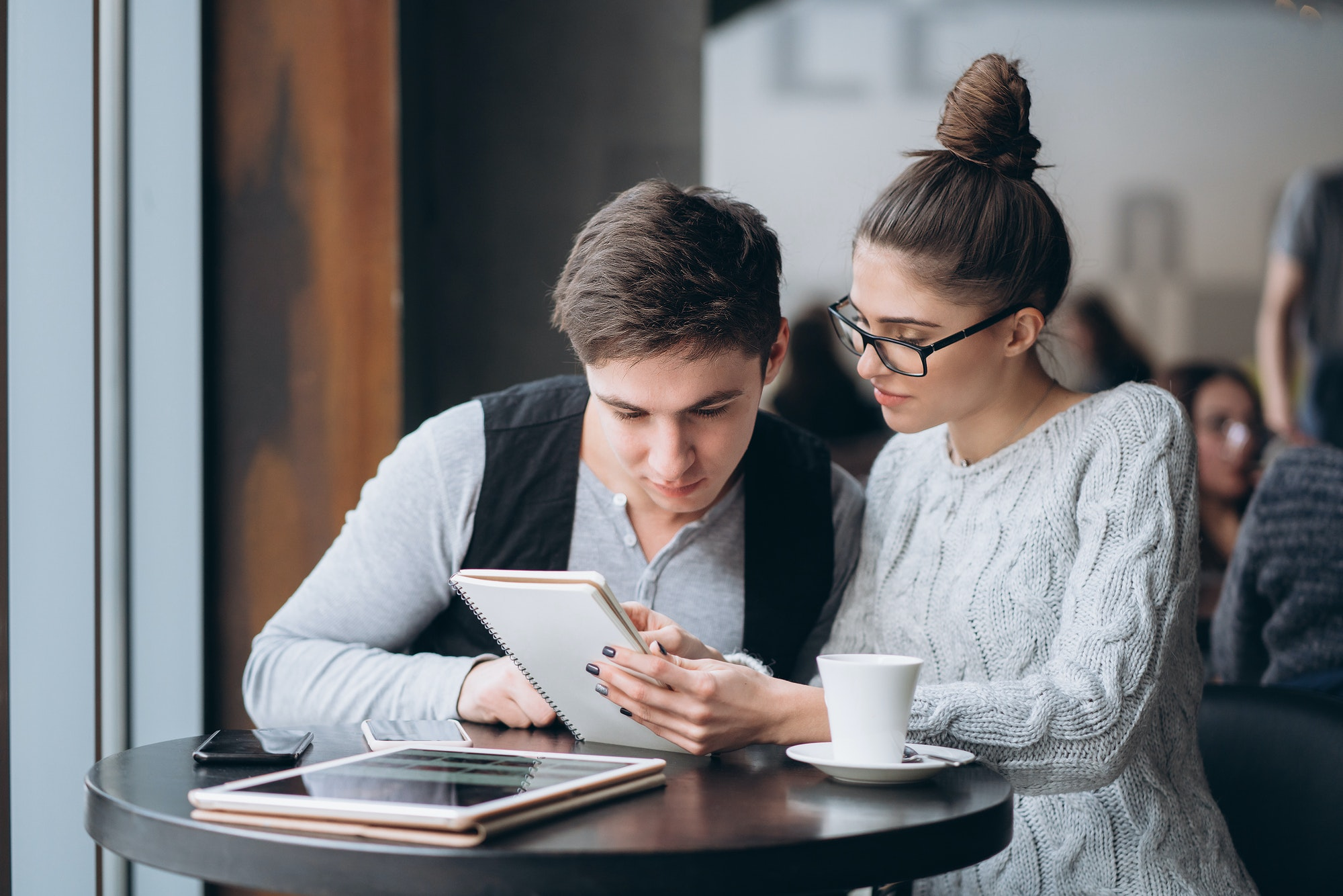 Guy and girl at a meeting in a cafe